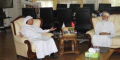 وفدٌ من سفارة سلطنة عمان في أبوظبي يقوم بجولات في الجامعة الأمريكية في رأس الخيمة