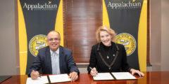 الجامعة الأمريكية في رأس الخيمة توقّع اتفاقية تعاون إضافية مع جامعة ولاية أبالاشيان